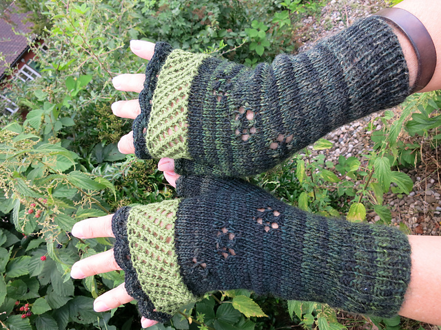 In Bloom mittens knitting pattern