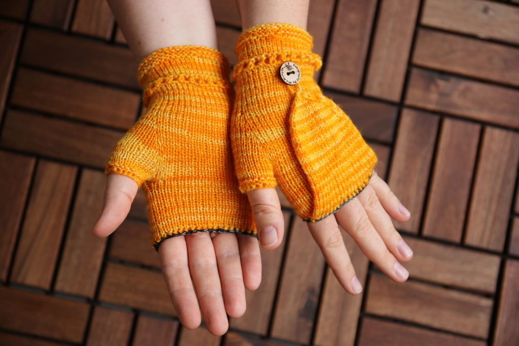 Mrs.Mumpitz Convertible mitts with thumb flap knitting pattern