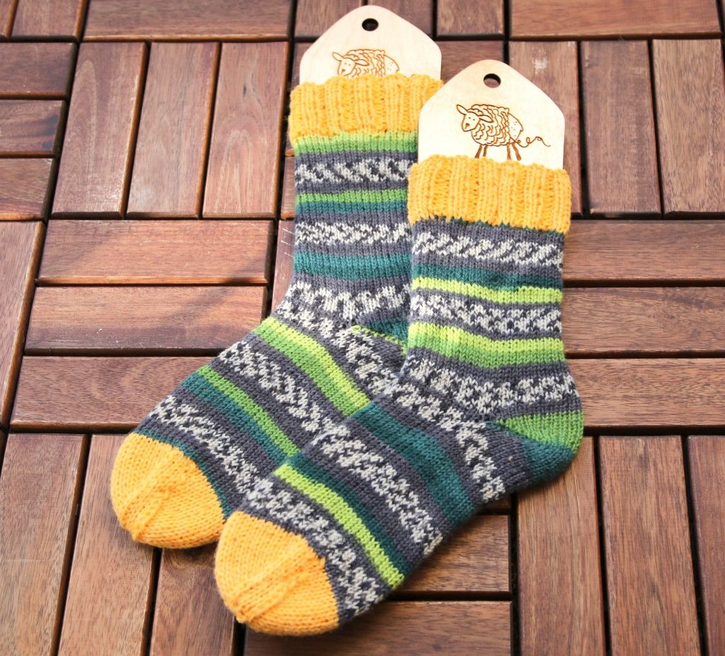Handknit socks with reinforced cuff and heel