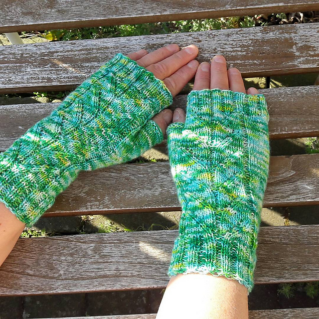 Dart mitts knitting pattern